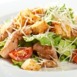 Цезарь с курицей и сухариками в домашних условиях — 6 классических рецептов