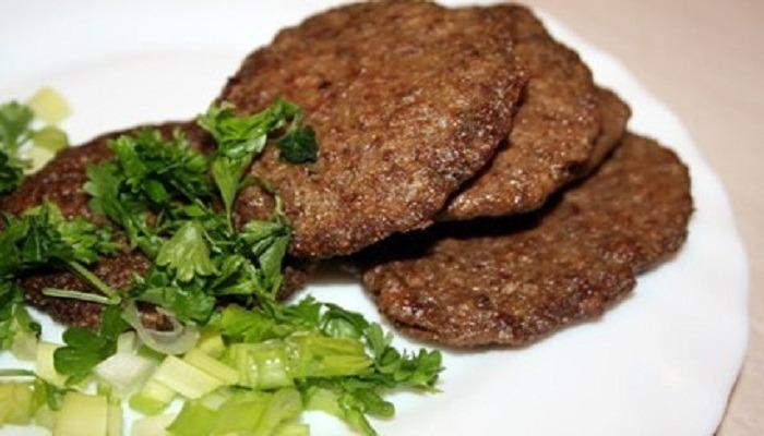 Печеночные оладьи из говяжьей печени, рецепты чтобы получились мягкими и пышными