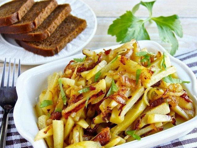 Жареная картошка с мясом: вкусный рецепт на сковороде!