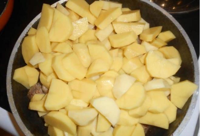 Тушеная картошка с мясом на сковороде - рецепт с фото пошагово